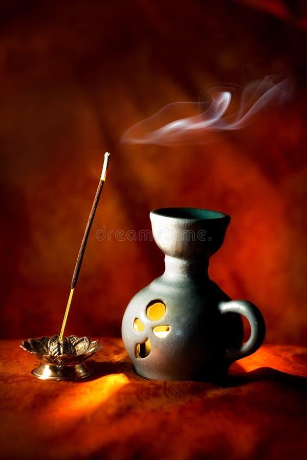 Lampada indiana dell'aroma con il bastone ed il fumo di incenso fotografia stock libera da diritti