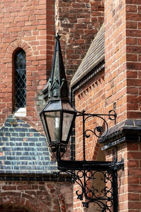 Lampada medievale alla facciata della cattedrale di Doberaner fotografie stock