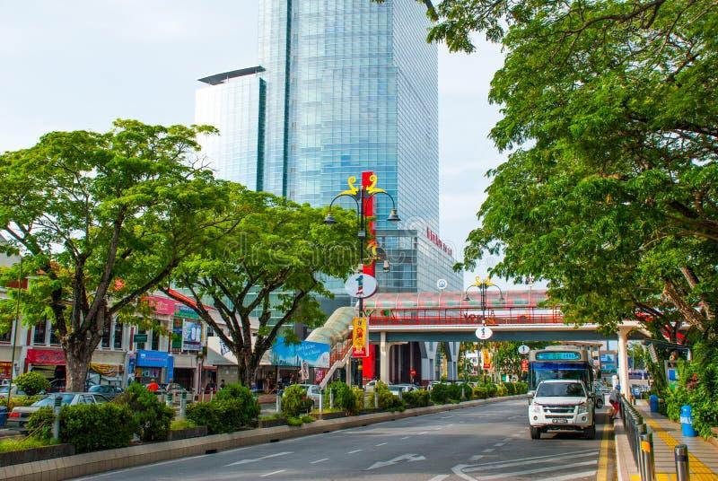 Lampada moderna di stile della via con la decorazione sotto forma di uccello sui precedenti della strada e della via Miri, Borneo immagini stock libere da diritti