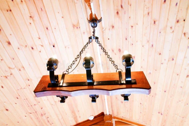 Lampada moderna nella casa di campagna di legno fotografie stock libere da diritti