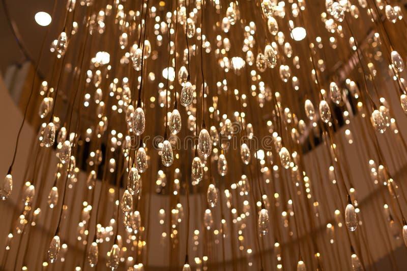 Lampada moderna nella forma di lampadine trasparenti numeroso di vetro a forma di goccia Oggetto di arte Progettazione alla moda, fotografie stock