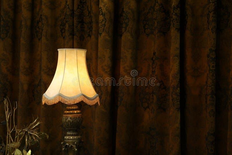 Lampada nello scuro. immagine stock