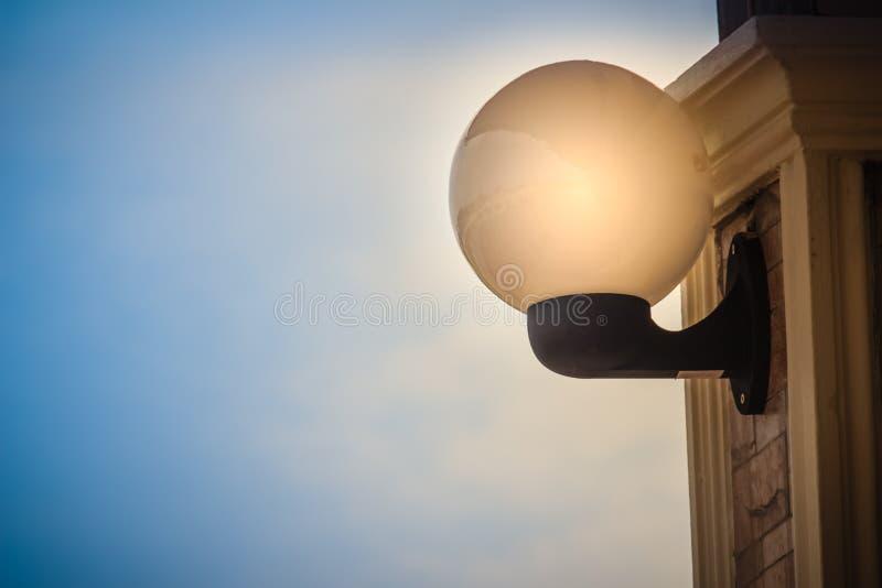 Lampada sferica luminosa d'annata della lanterna sulla colonna decorata C fotografia stock libera da diritti