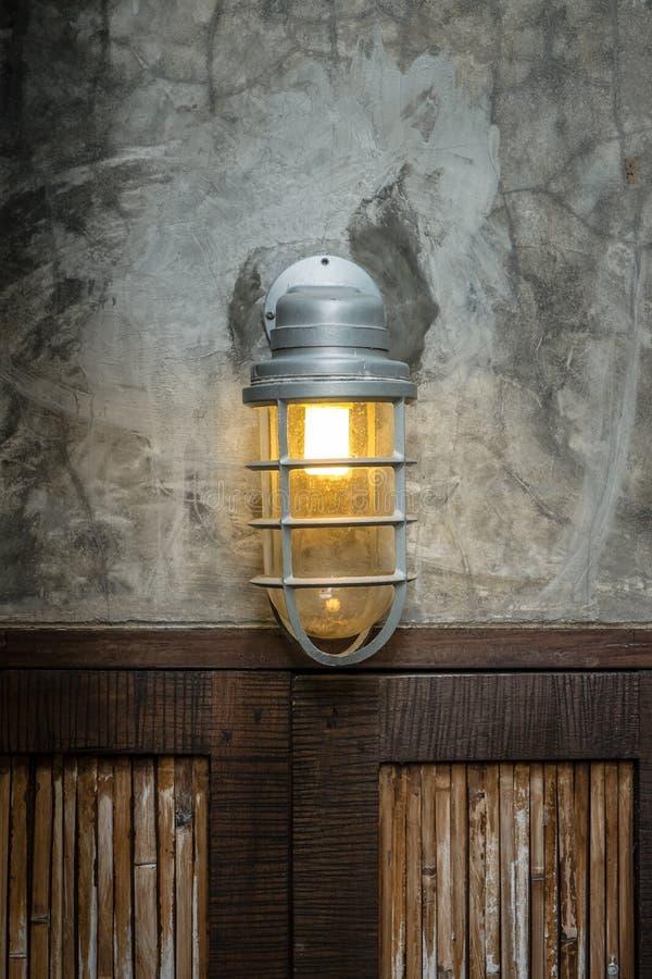 Lampada sopra le porte di legno fotografia stock libera da diritti