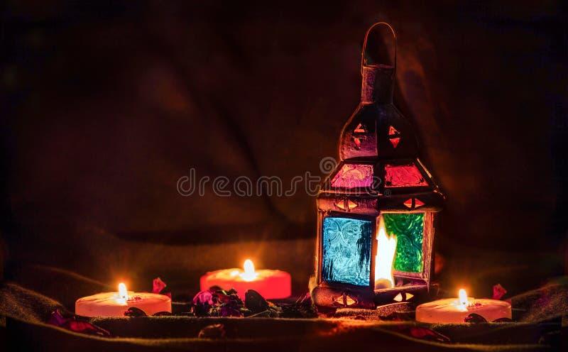 Lampada variopinta della vecchia lanterna araba con le candele ed i fiori fotografie stock