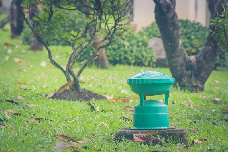 Lampada verde del giardino su erba verde in parco pubblico fotografia stock libera da diritti