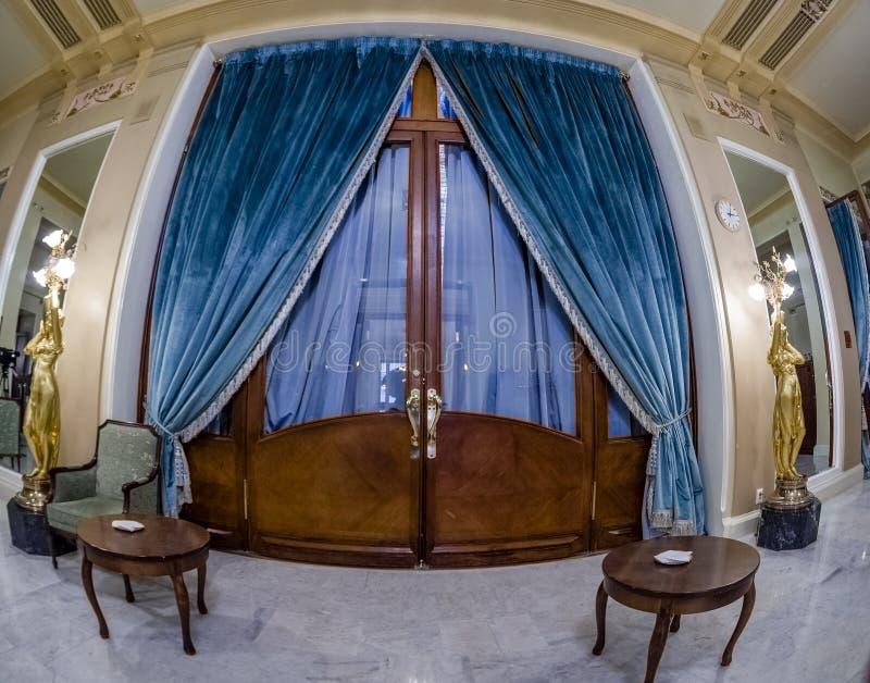 Lampadaire de statue et porte décorative dans l'hôtel de Metropol photographie stock libre de droits