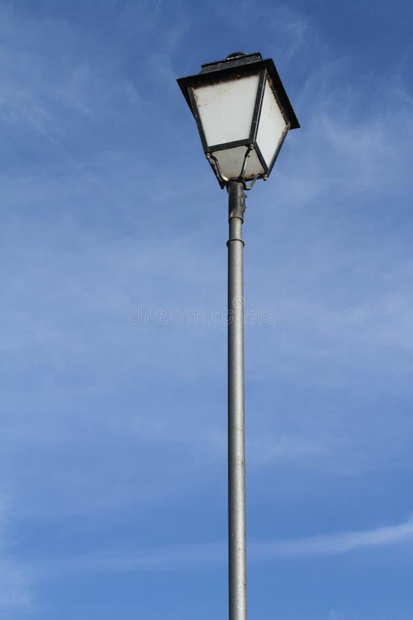 Lampadaire en ciel bleu images stock