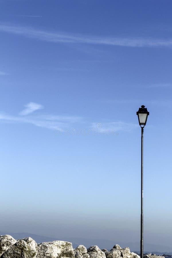 Lampadaire en ciel bleu image stock