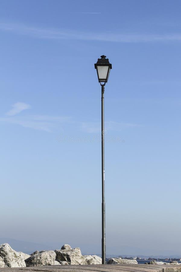 Lampadaire en ciel bleu images libres de droits