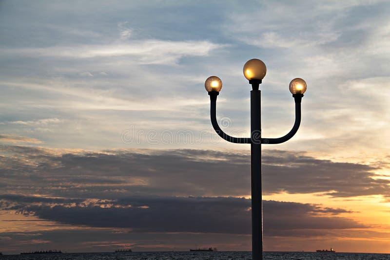 Lampadaire et ciel de coucher du soleil image libre de droits