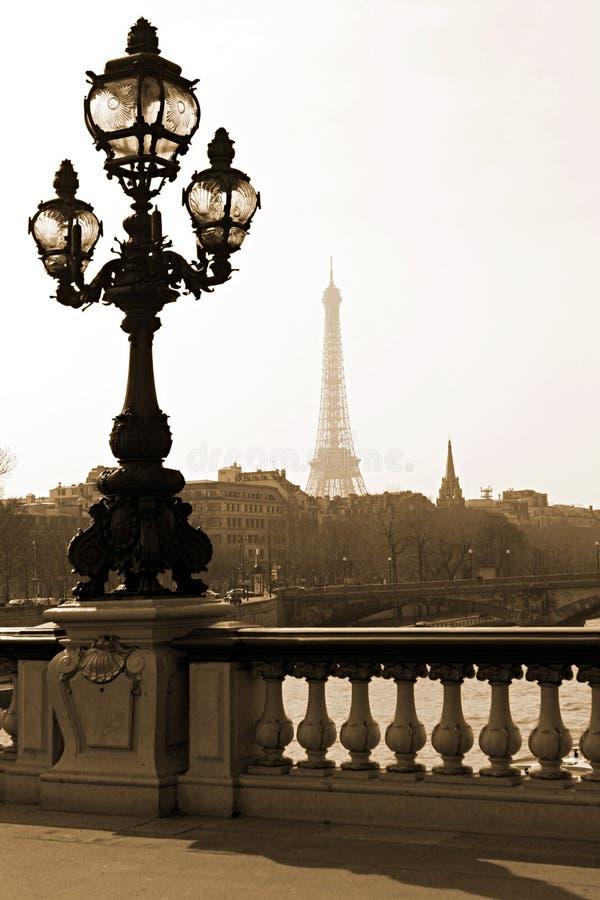 Lampadaire sur la passerelle à Paris image stock