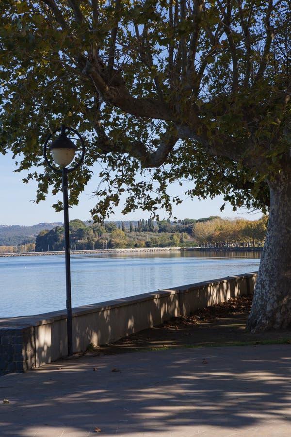 Lampadaire sur le lac images libres de droits