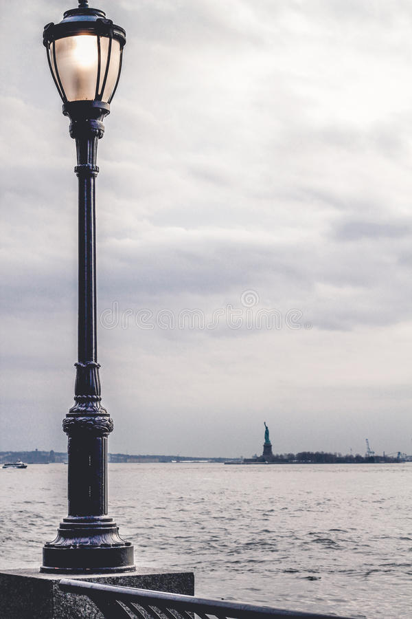 Lampadaire sur le passage couvert d'un parc à Manhattan image stock
