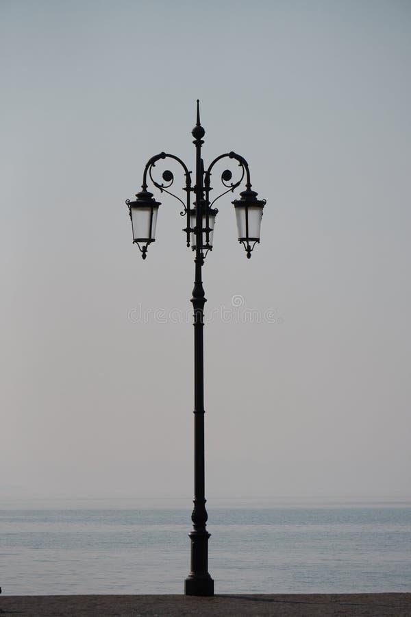 Lampadaire sur le rivage de lac photographie stock libre de droits