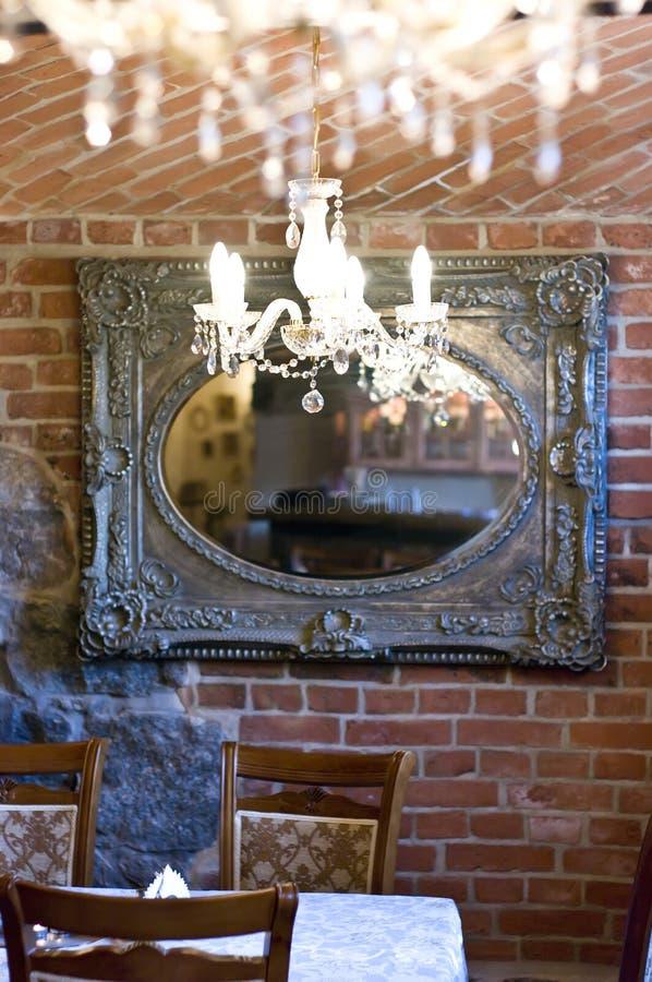 Lampadari a bracci e specchio immagine stock