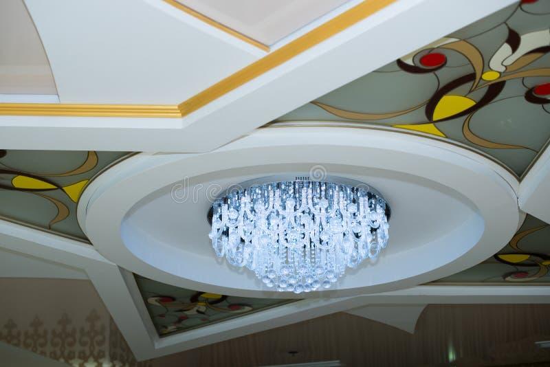Lampadario a bracci a cristallo elegante Soffitto bianco con i parabrezza fotografia stock