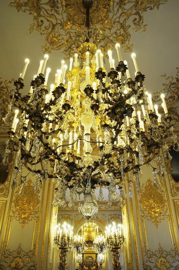 Lampadario a bracci splendido in palazzo reale fotografia stock