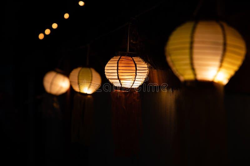Lampade asiatiche della lanterna sulla via alla vista di prospettiva di notte fotografia stock libera da diritti