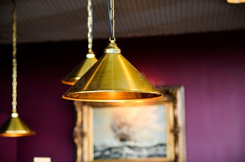 Lampade bronzee della decorazione di stile moderno in pub immagini stock