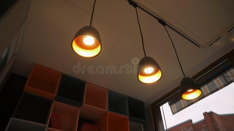 Lampade che pendono dal soffitto fotografia stock