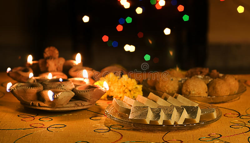 Lampade di Diwali con i dolci indiani fotografia stock libera da diritti