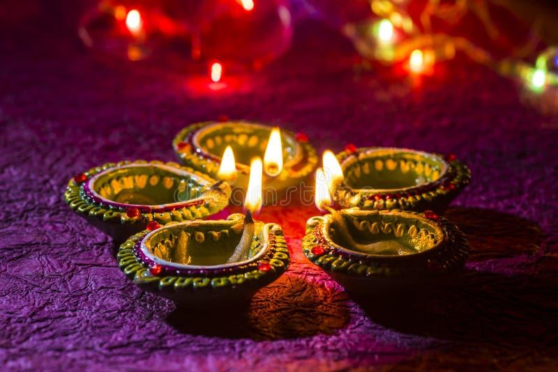 Lampade di diya dell'argilla accese durante la celebrazione di Diwali Cartolina d'auguri De immagini stock