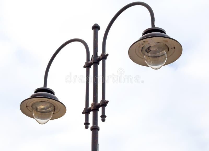 Lampade di via nella città, palo della luce immagini stock