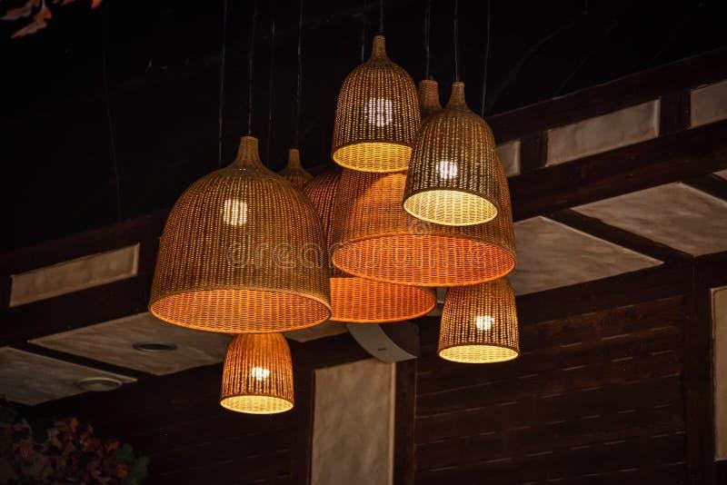 Lampade di vimini sul soffitto, lampade decorative fotografie stock libere da diritti
