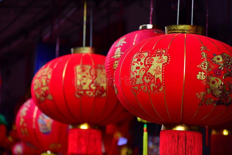 Lampade ed indumenti rossi per uso durante il nuovo anno cinese immagine stock