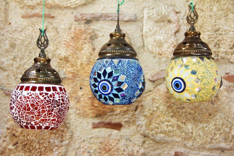 Lampade ornamentali nazionali in ceramica con mosaico di vetro colorato fotografie stock