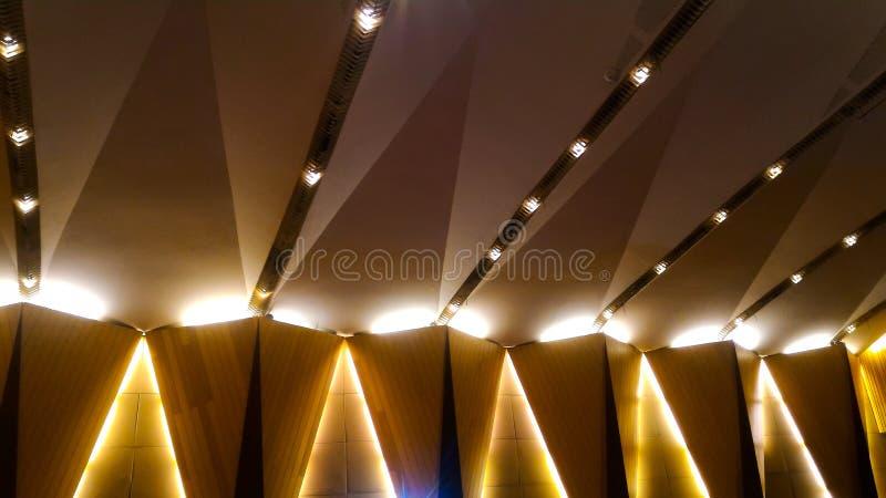 Lampade sulla parete e sul soffitto di una costruzione immagine stock