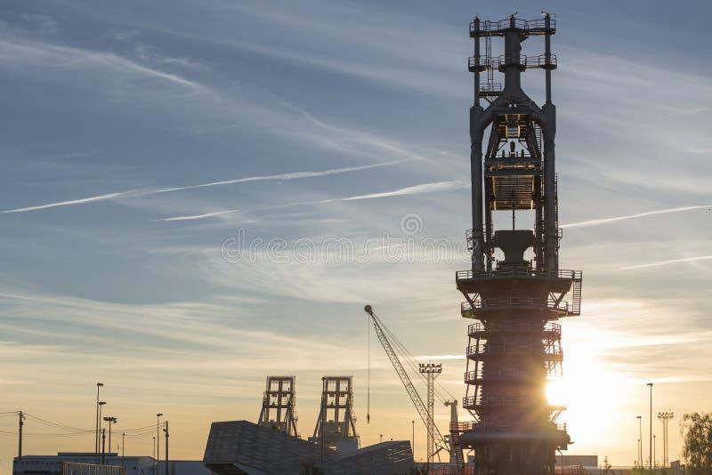 Lampadina all'alba con l'alta fornace in Puerto de Sagunto, Va immagini stock libere da diritti