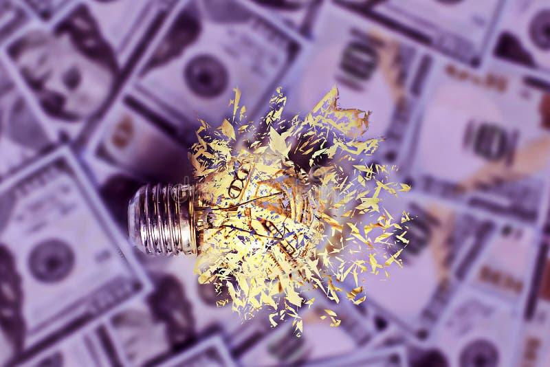 Lampadina bruciante sul fondo dei dollari, elettricità costosa, l'effetto del crollo fotografia stock libera da diritti
