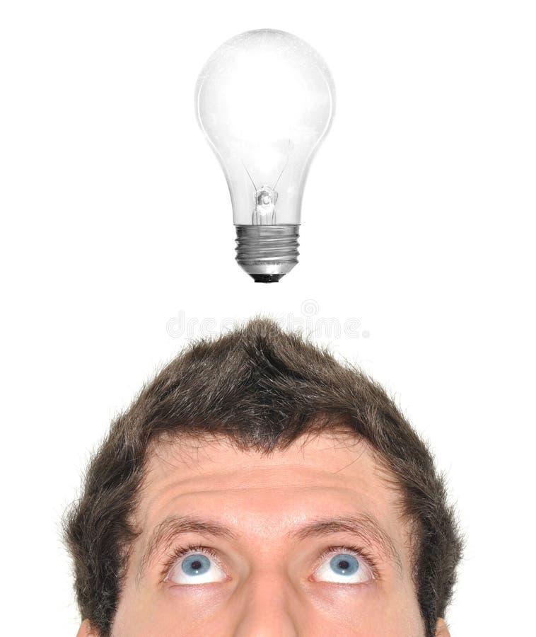 Lampadina che accende sopra la testa di un uomo fotografia stock libera da diritti