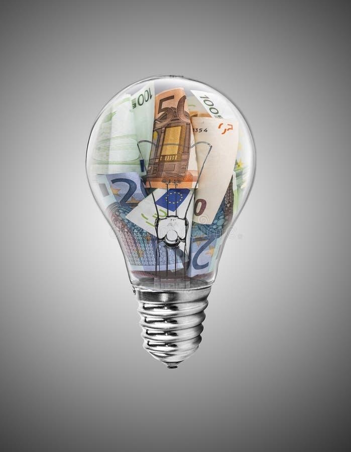 Lampadina con le euro fatture dentro illustrazione vettoriale