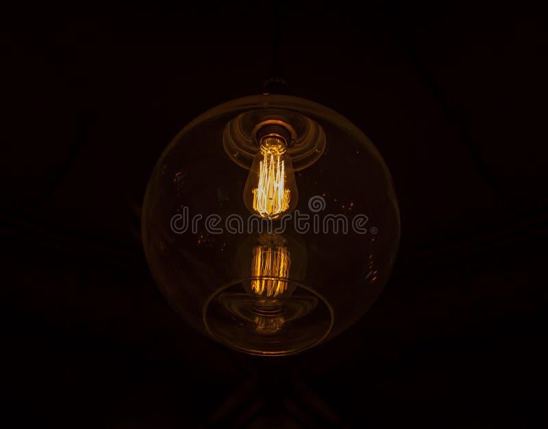 Lampadina d'annata di vetro elettrica di potere di Illuminted fotografia stock libera da diritti