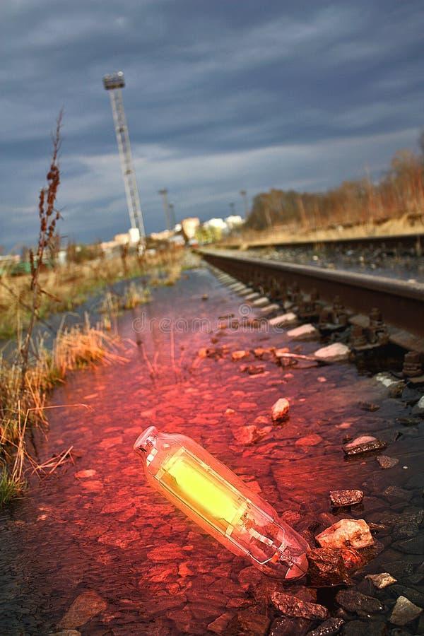 Lampadina d'ardore in acqua fotografie stock libere da diritti