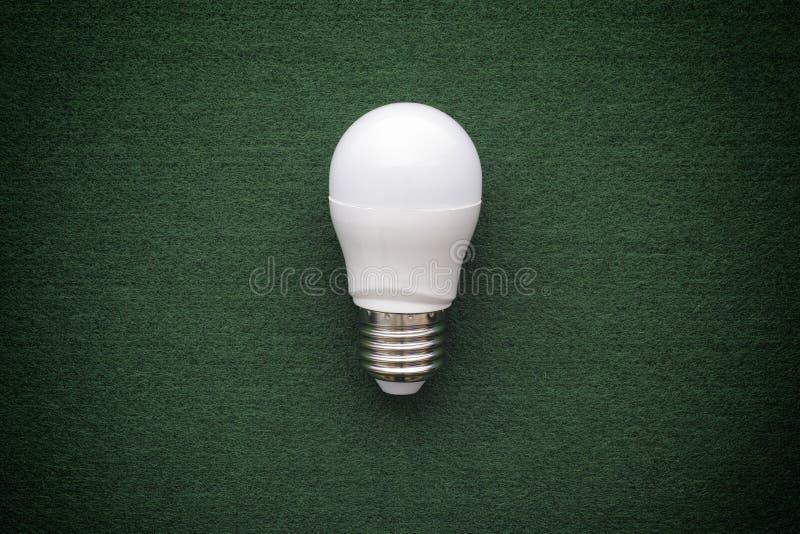 Lampadina del LED su un fondo verde immagini stock