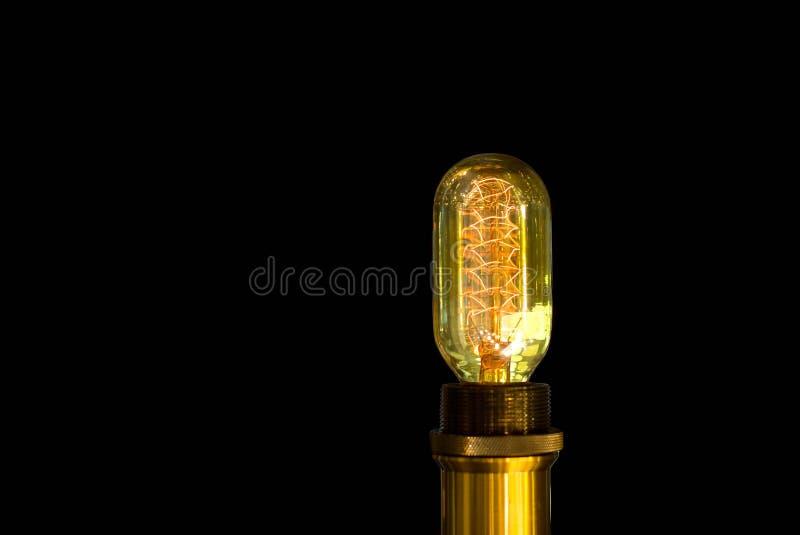 Lampadina del tungsteno che emette luce nell'isolato in immagine stock libera da diritti