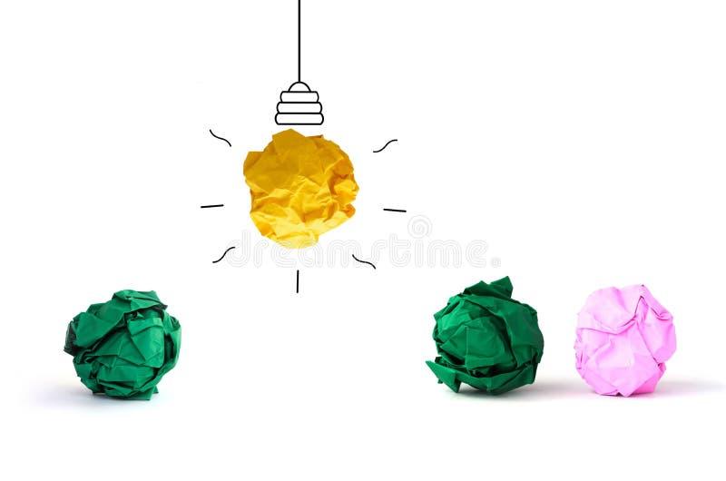 lampadina di carta sgualcita multicolore di idea di concetto sulla parte posteriore di bianco fotografie stock libere da diritti