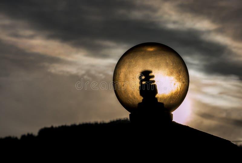 Lampadina di vetro illuminata dal sole immagini stock