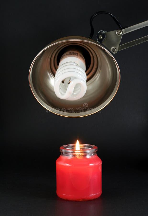 Lampadina e candela economizzarici d'energia fotografie stock libere da diritti