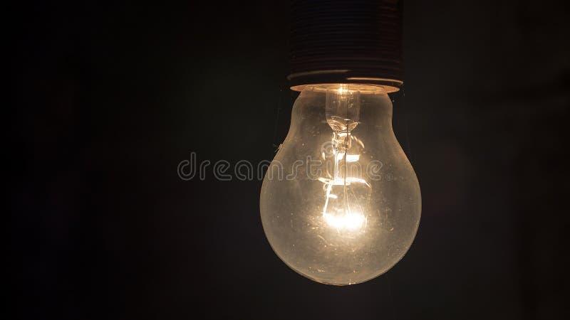 Lampadina nella stanza scura fotografie stock libere da diritti