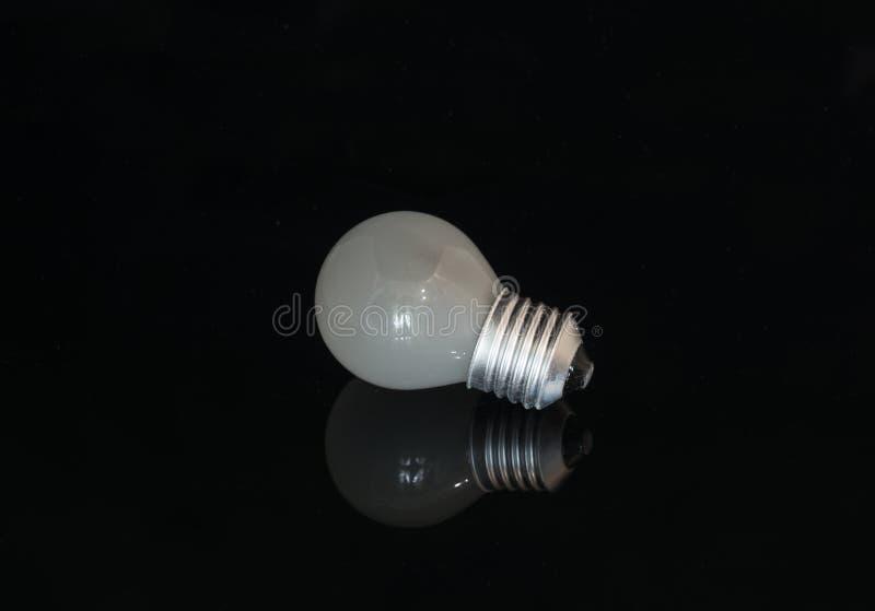 Lampadina usata sui precedenti scuri fotografia stock libera da diritti