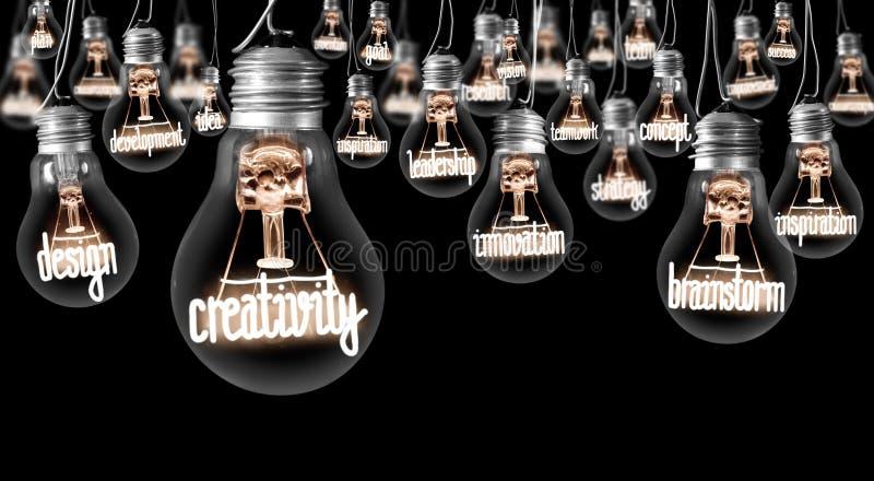 Lampadine con il concetto di creatività fotografia stock