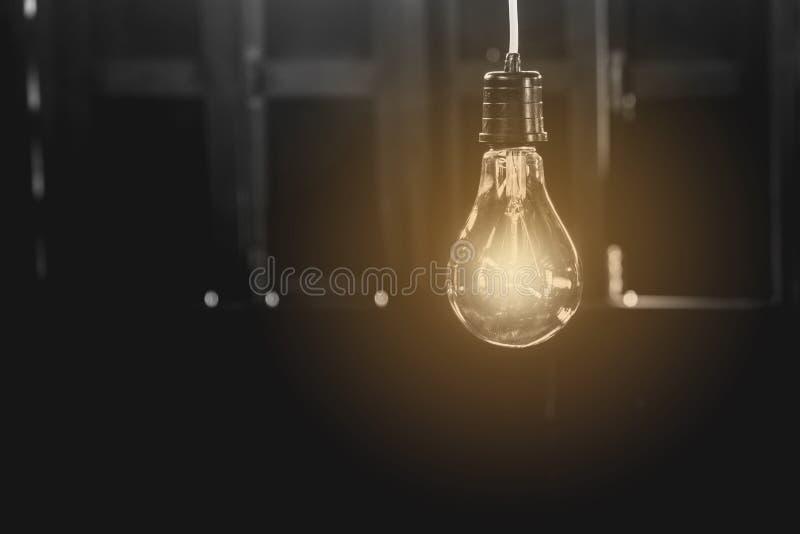 Lampadine d'attaccatura con quella d'ardore Idea e concetto di creatività fotografia stock