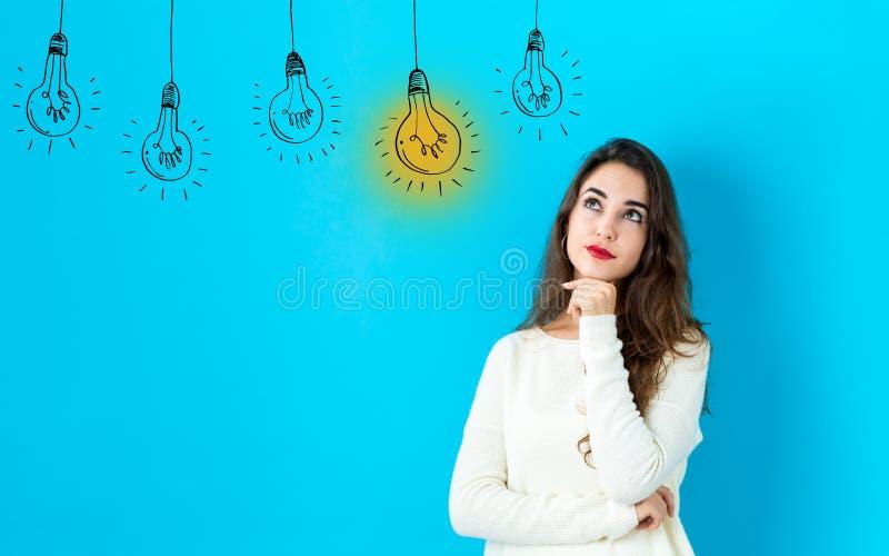 Lampadine di idea con la giovane donna fotografia stock libera da diritti