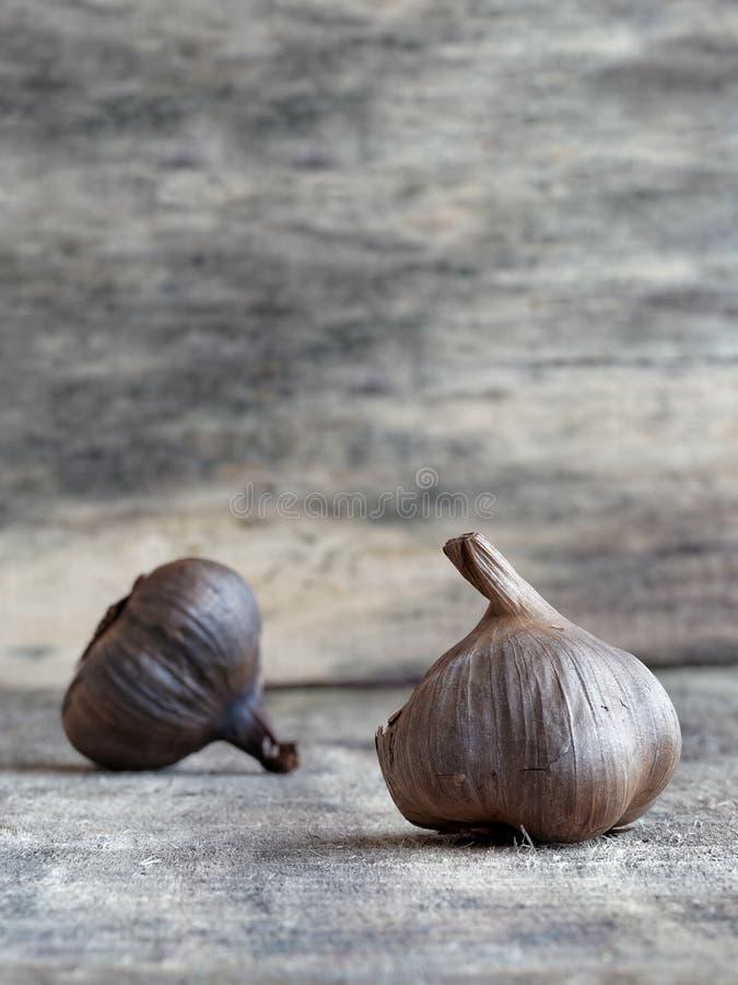 Lampadine nere fermentate dell'aglio immagini stock