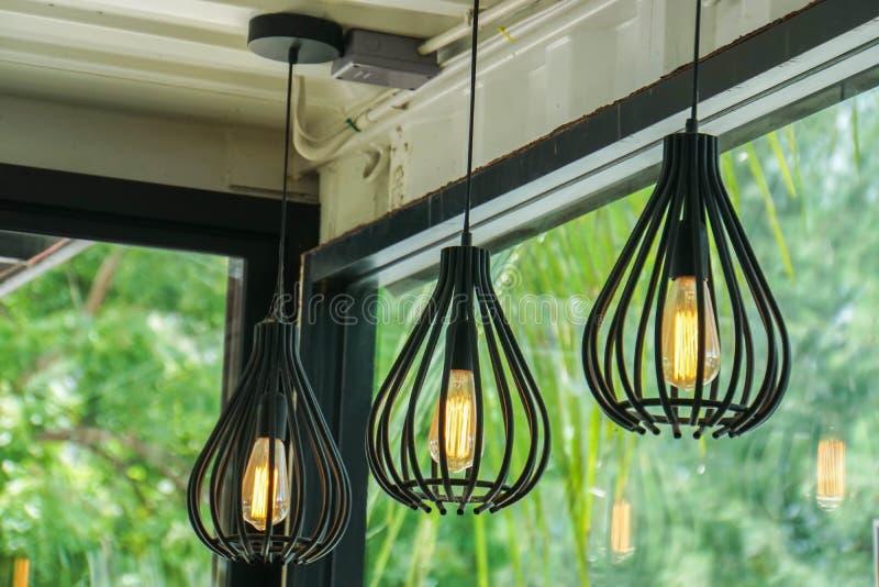 Lampadine sul caffè d'acciaio d'annata della lampada del soffitto fotografia stock